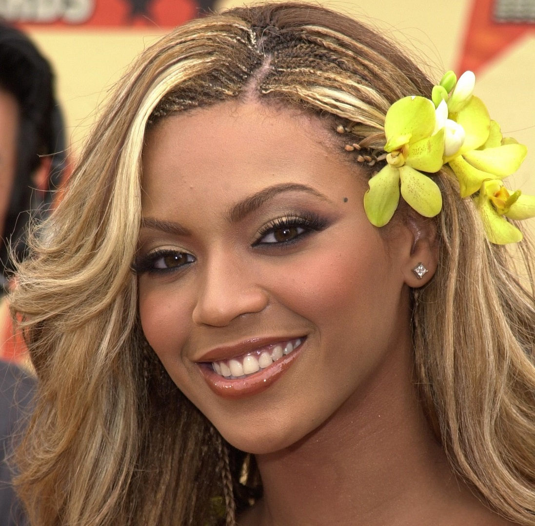 Beyonce Knowles during 2001 MTV Movie Awards - Arrivals at Shrine Auditorium in Los Angeles, California, United States. (Photo by SGranitz/WireImage)