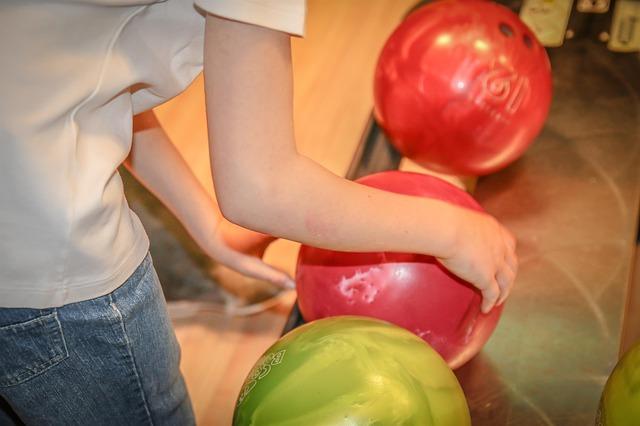 【大阪・和泉市】ボウリング球を落とした小学生が書類送致「名前と写真出していい」など批判殺到