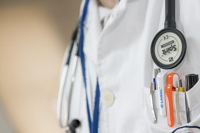 【東京医科歯科大惨事】二刀流で医師を刺した医大生の渡邊祐介容疑者「白衣」でカモフラージュか…