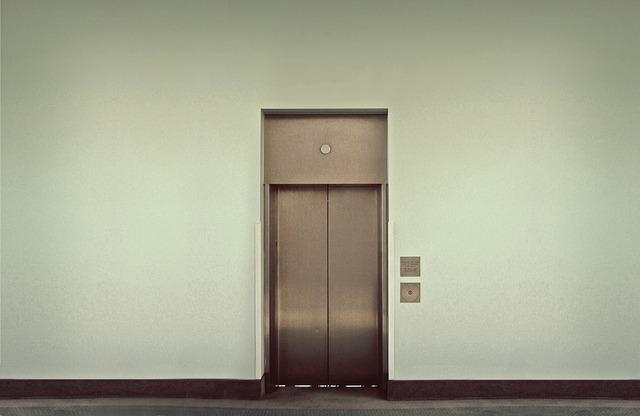 エレベーターで女子高生にキス強要「顔写真公開」で犯人の男特定、逮捕間近か<町田市>